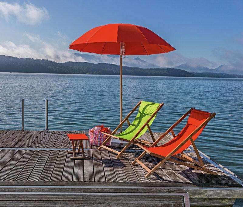 Zwei Sonnenstühle mit Fußablage und den farblich passenden Sonnenschirm - so lässt sich der Sommer mit uns genießen!
