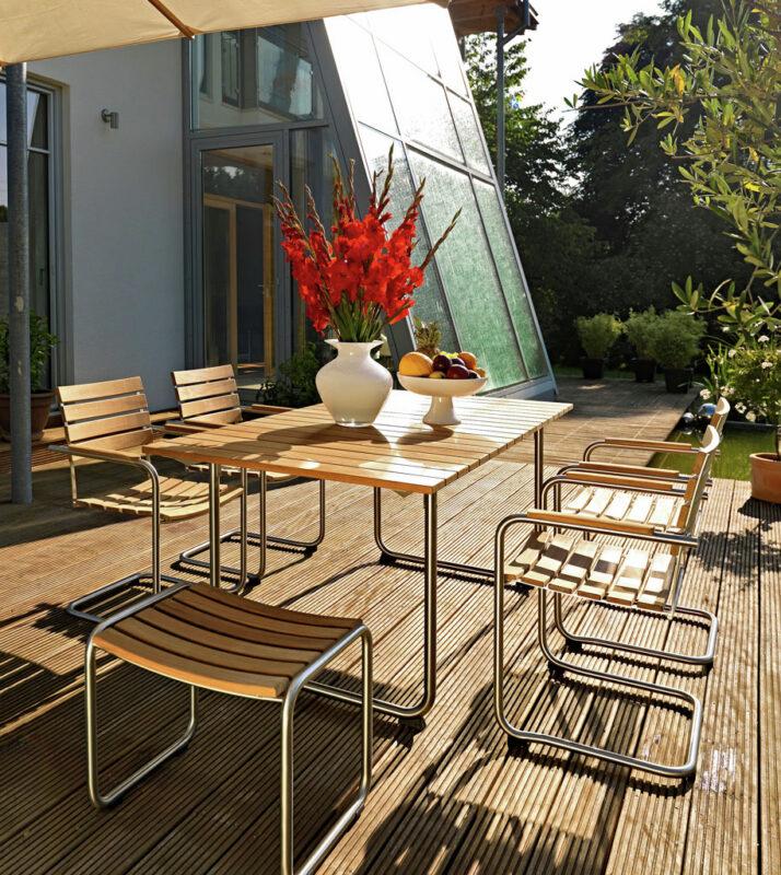 Einladende Gartenmöbel aus Holz im Set.