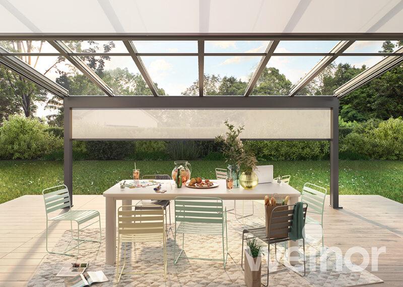 Moderner Sommergarten von der Marke Weinor als perfekter Schutz der Terrasse, egal bei welchem Wetter.