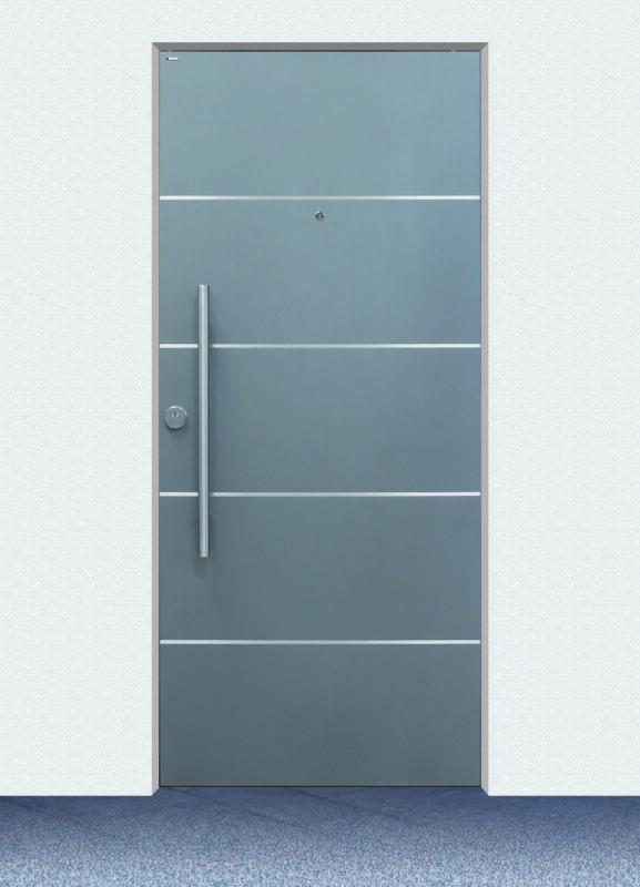 Moderne Haustür in Silber mit glänzenden Linien als Detail.