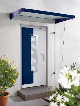 Haustür-Vordach aus Glas mit markanten blauen Kanten.